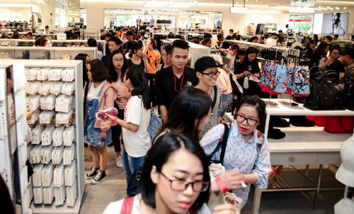 Cơn bão thời trang ngoại đổ vào Việt Nam