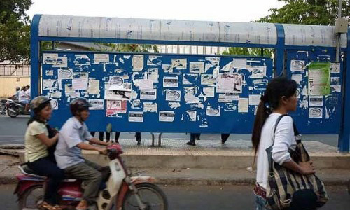 Cần xử lý tình trạng dán quảng cáo ở nhà chờ xe buýt gây mất mỹ quan